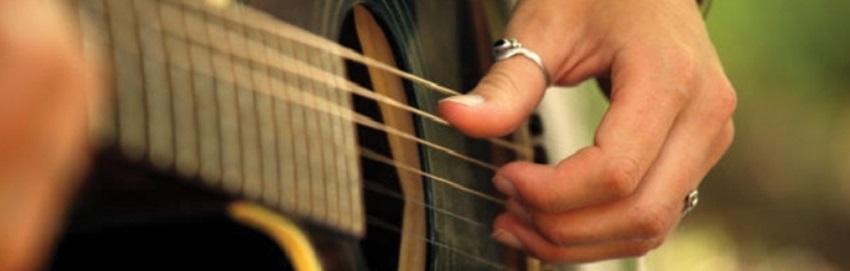 Personne jouant de la guitare