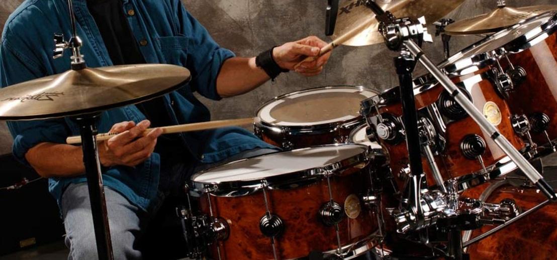 Homme qui joue de la batterie