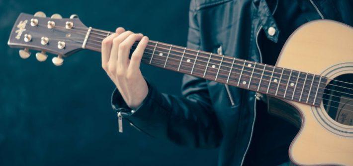 Homme avec guitare